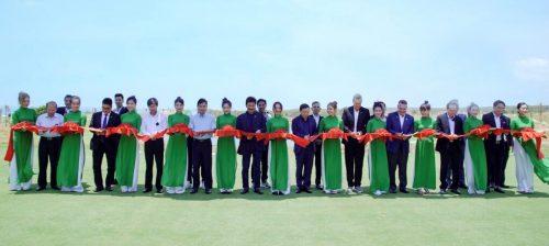Ban lãnh đạo Novaland và các khách mời cắt băng khánh thành sân golf PGA Ocean sáng 17/4
